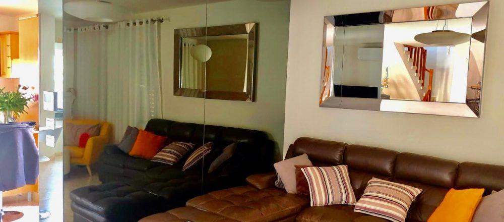 קיר מראה אפורה לסלון
